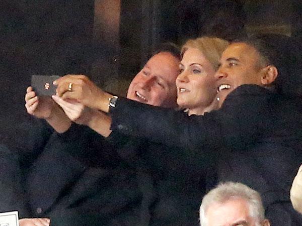 Obama marcandose una autofoto grupal