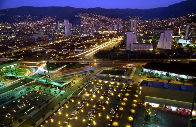 Vista nocturna de la Ciudad de Medellin (Colombia)