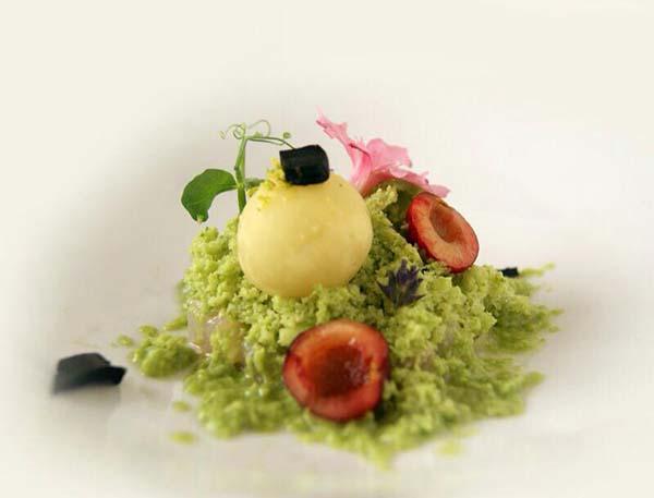 Ceviche de carabineros con polvo helado de ajo y aguacate, bombón de ajo negro y cerezas